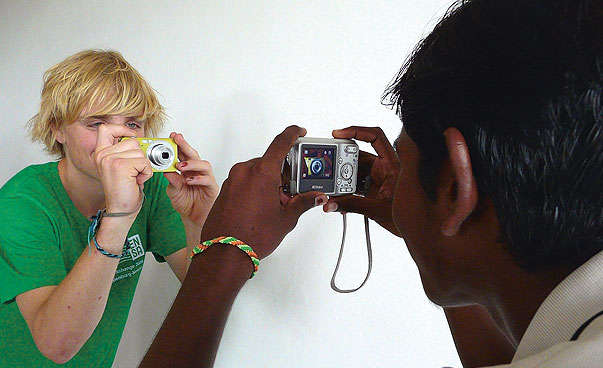 Pupils from Germany and India take photos of each other.